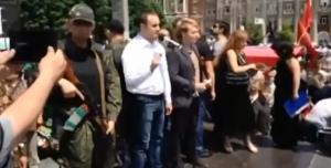 Народный губернатор ДНР Павел Губарев выступает в центре Донецка