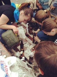 """Малолетки из """"Правого сектора"""" готовят коктейли Молотова для сожжения людей, укрывшихся в одесском Доме профсоюзов"""