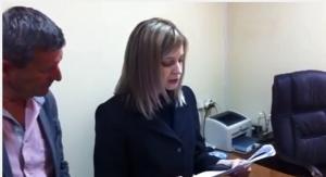 Прокурор Крыма Наталья Поклонская зачитывает лидеру меджлиса Рефату Чубарову предупреждение об экстремистской деятельности. Наталья Поклонская предупреждает, что меджлис может быть распущен