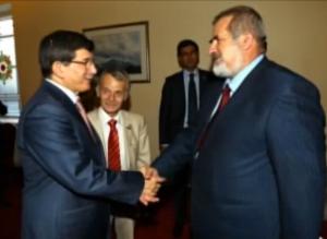 Министр иностранных дел Турции Ахмет Давудоглу принимает попрошаек из Крыма Джемилева (в центре) и Чубарова (справа)