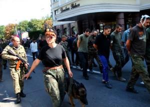 """Жители Донецка кричали """"фашисты"""" проходившим по улице Артема пленным украинским карателям"""