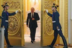 Путин входит в Георгиевский зал для оглашения своего послания