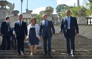 Владимир Путин, Дмитрий Медведев и Татьяна Умрихина после экскурсии по горе Митридат в Керчи