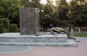 В Судаке проходит следствие по делу о разрушении памятника Ленину в городском саду