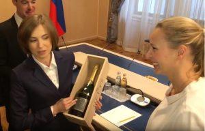 Высокая гостья из Франции подарила депутату Госдумы от Крыма бутылку французского шампанского
