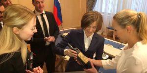 Наталья Поклонская дарит Марион Марешаль Ле Пен крымское вино