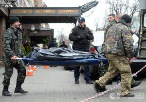 Тело Дениса Вороненкова уносят с места престукпления
