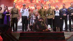 """Юлия Самойлова исполняет """"День Победы"""" 9 мая 2017 года на площади Нахимова в Севастополе"""