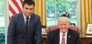 Климкину не предложили даже сесть. Он фотографируется рядом с сидящим Трампом, согнув ноги
